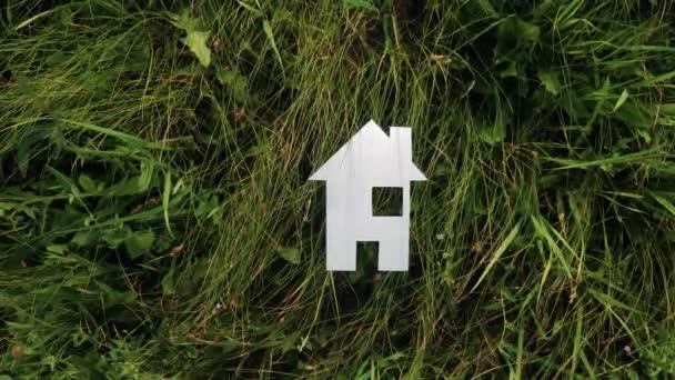 glückliche Familie Bau Haus Konzept. Papierhaus steht im Lebensstil das grüne Gras in der Natur. Leben Symbol Ökologie Video