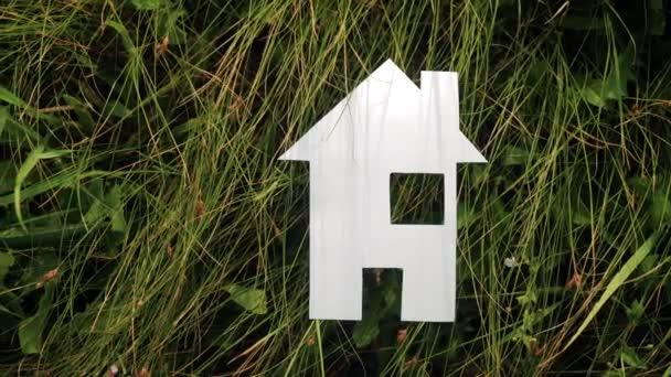 šťastný koncept rodinného stavebního domu. v zelené trávě v přírodě stánky s papírovým domem. život symbol životní styl ekologie video