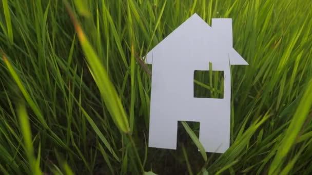 budování šťastného rodinného stavebního domu. je v životním stylu zelená tráva v přírodě. symbol životní ekologie video