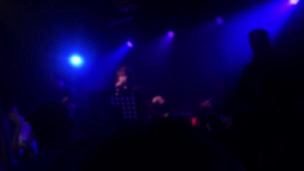 Bei einem Rockkonzertkonzept verschwimmen die Hintergründe. Party-Lichteffekte im Tanzclub verschwommener Hintergrund