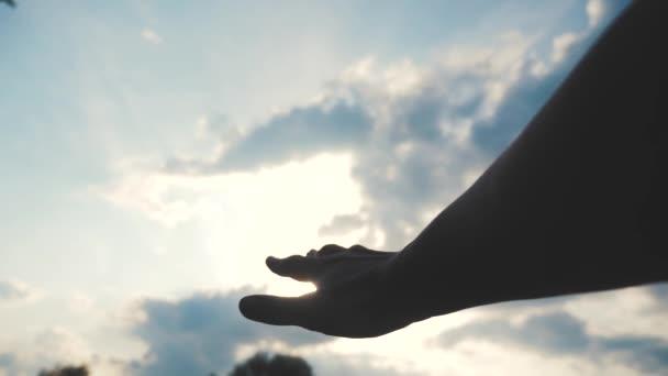 koncept náboženského vyznání na pozadí modrého nebe. Muž se roztáhne k Božího životního stylu víra a blaženost