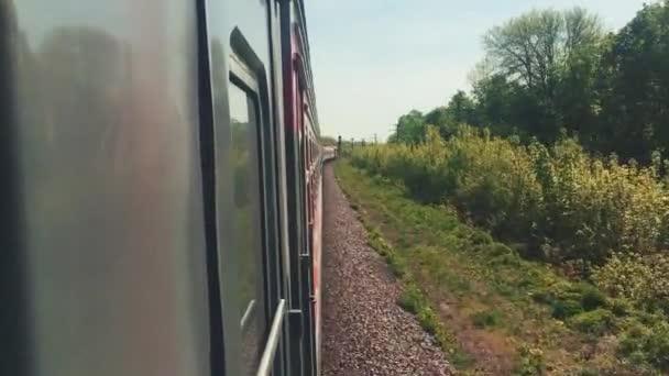 cestovní pojem železnice. lokomotivní vlak s vozy osobních vozů pohybující se po železnici ve stylu přírody nádherný výhled ven. cestování po železnici