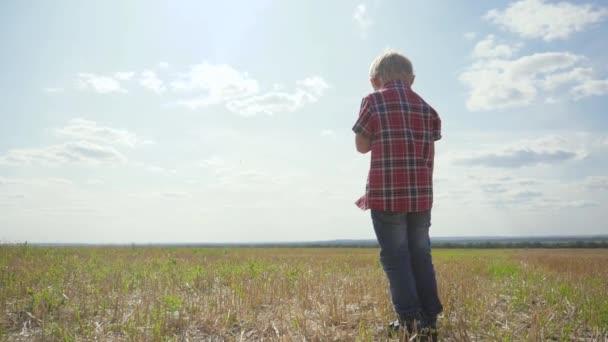 smutný chlapeček, který stojí zády k přírodě, zakrývá jeho tvář jeho rukama, není to šťastné dětství