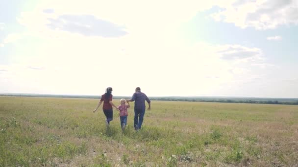 šťastný rodinný běh týmových prací koncept pomalý pohyb video. otec mamka a syn, kteří běží v přírodě sluneční svit se drží za ruku. šťastný rodinný rodič muž a dívka podržení chlapečka život s rychlou šťastnou rukou