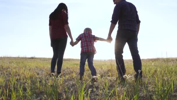 šťastný rodinný otec syn a máma si pomalu dělají představu o videu. šťastný týmovej práce táta chlap máma holka a syn dítě Drž se v přírodě a Jdi na hřiště. šťastný rodinný bezbezstarostný koncept