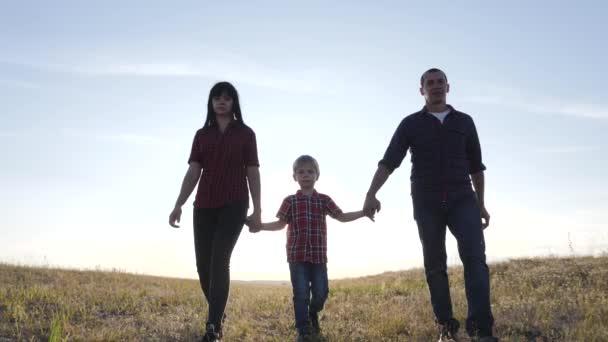 šťastný rodinný otec syn a máma jít zpomalit video koncept. šťastný týmová práce táta muž maminka dívka a syn chlapec dítě držet ruce chůze jít na hřiště v přírodě. šťastný rodinný bezstarostný koncept dětství