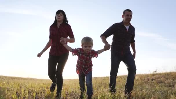 šťastný rodinný otec syn a máma běží zpomalit film zábavné video koncept. šťastný týmová práce táta muž maminka dívka a syn chlapec dítě běží držet ruce běh jít na hřiště v přírodě. bezstarostná šťastná rodina
