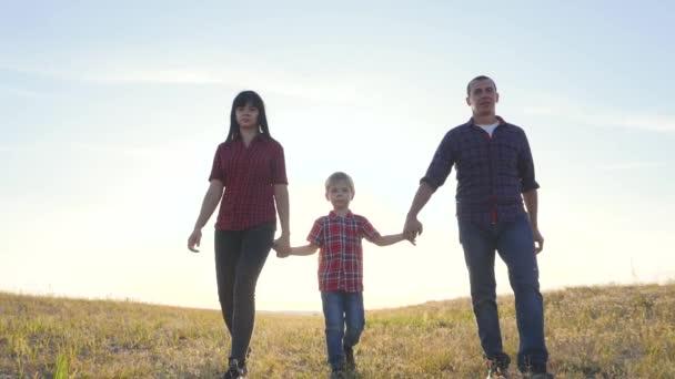 šťastný rodinný otec syn a máma si pomalu dělají představu o videu. šťastný týmovej práce táta muž máma holka a syn dítě držet se v přírodě, chodit do terénu. šťastné rodinné dětství bezstarostný život