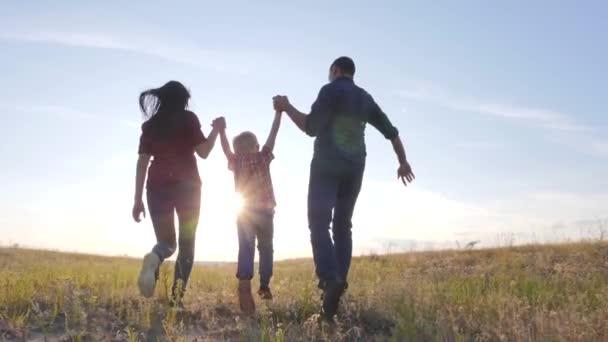 šťastný rodinný otec syn a máma běží zpomalit film zábavné video koncept. šťastný týmová práce táta muž maminka dívka a syn chlapec dítě běží držet ruce běh jít na hřiště v životním stylu přírody. šťastná rodina