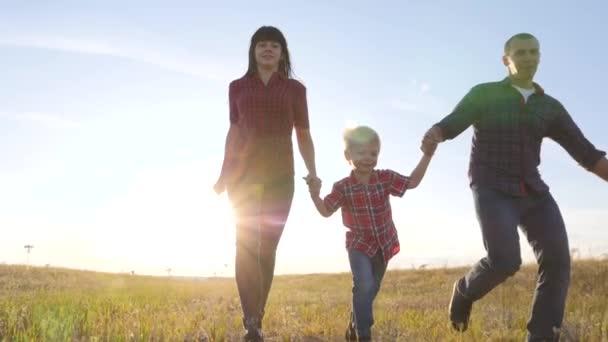glücklich Familienvater ein Sohn und Mama laufen gehen Zeitlupe lustiges Videokonzept. glückliche Teamarbeit Vater Mann Mutter Mädchen und Sohn Junge Kind laufen Händchen halten gehen auf das Feld in der Natur. Lebensstil sorgenfrei glücklich