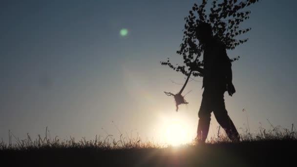 šťastný rodinný chození zemědělství zemědělců silueta koncept zpomalení videa. Máma táta syn a dcera procházka jít životní styl děti rostou a voda strom venku v parku. šťastná rodina