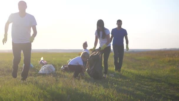 Umwelt Teamwork eine Ökologie Teamwork Freiwillige Bewusstsein Umweltverschmutzung Hausmüll-Konzept. Eine glückliche Familiengruppe sammelt Plastikmüll und Papierabfallflaschen. Kinder und