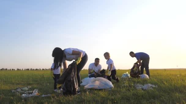 Umwelt Teamwork eine Ökologie Teamwork Freiwillige Bewusstsein Umweltverschmutzung Hausmüll-Konzept. Gruppe glückliche Familie von Menschen sammelt Müll Plastik- und Papierabfallflaschen. Kinder und Lebensstil