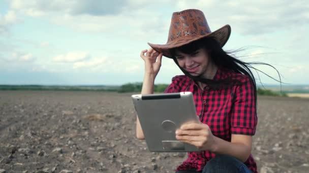 smart eco a harvesting agriculture farming concept. dívka životní styl zemědělec s digitálními tablet studuje zeminy nečistot v oblasti zemědělství. farmářka pracuje v zemědělství