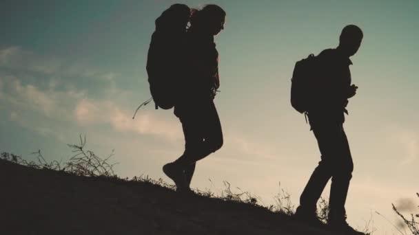 team work happy family business travel silueta slow motion video concept. šťastný rodinný zpomalení videa kráčet po přírodě. dívka a muž pár v poli na trekking výlet. životní styl turisté s