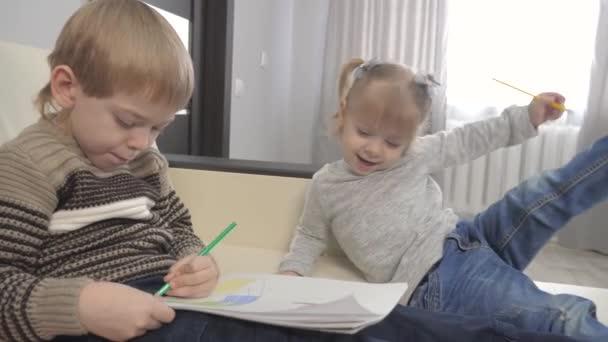 malý chlapec a dívka a máma kreslit týmovou práci šťastný životní styl rodinný koncept. děti, se kterými se syn zabývá kresbou tužkou. lekce s dětským rozvojem tvořivosti