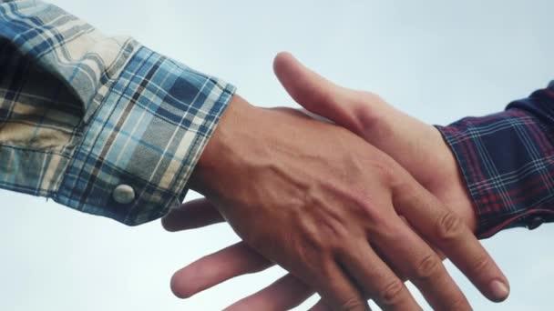 Koncept týmové práce. dva lidé si potřásají rukama. životní styl různé barvy pleti potřást rukou uzavřít obchodní smlouvu close-up. lidé různých barev pleti partnerství