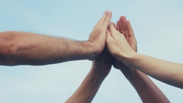 csapatmunka koncepció. A csapat közössége összefogja a kezét. Egy csoport ember keze. a csapatmunkások egy küldetést hajtanak végre, hogy elérjék a célt. üzleti csapat a vállalati munkakapcsolat életmód