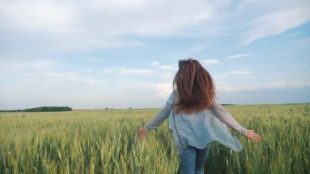 Mädchen Kinderspiel-Lauf jubelt über das Feld, um das Sonnenlicht Haar flattern in Hut zu erfüllen. Kind Tochter läuft glücklich Familie Freiheit Träume Menschen im Freien Kindheit Konzept. Schwester läuft