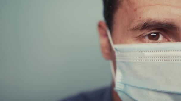 Mann trägt Schutzmaske ein Innenporträt. Epidemischer Coronaausbruch. männlich 37 Jahre alt Brünette in medizinischer Maske isoliert. Coronavirus-Krankheit. Lifestyle Papa Teamwork Selbstisolierung zu Hause