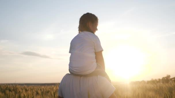 koncept snu. šťastný rodinný dcera dítě holčička sedí na krku svého otce muž zobrazuje let letadla hraje pilotní siluetu týmové práce koncept zpomalení videa. rodičovský táta životní styl