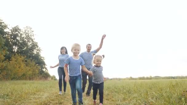 glückliche Familienkinder laufen gemeinsam im Park bei Sonnenuntergang. Menschen im Park Konzept Mama Papa Tochter und Sohn fröhlich laufen. glückliche Familie und kleines Baby Kind Sommer Kind Traum Spaß Konzept