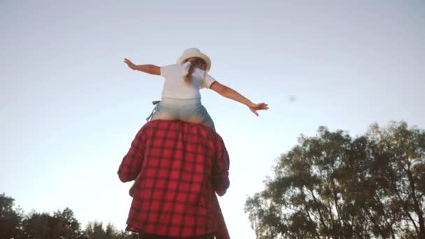 boldog család sziluett gyerek álom koncepció. lánya gyerek szuperhős ül az apja férfi nyak ábrázolja a repülés egy repülőgép játszik egy pilóta. álom boldog család apa és lánya sziluett