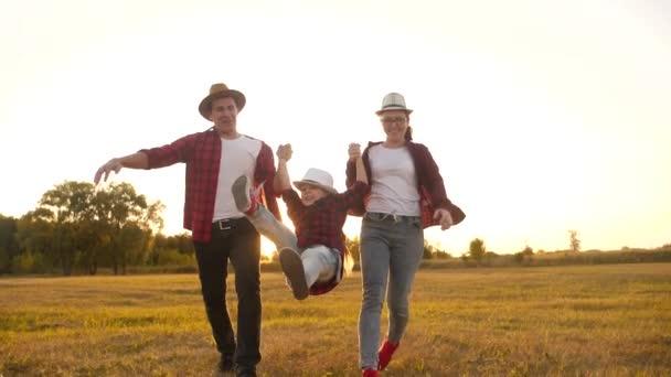 Šťastné rodinné dítě běží v parku při západu slunce. lidé v konceptu parku máma táta dcera a syn radostná zábava běh. šťastná rodina a malé dítě dítě léto dítě sen silueta koncept