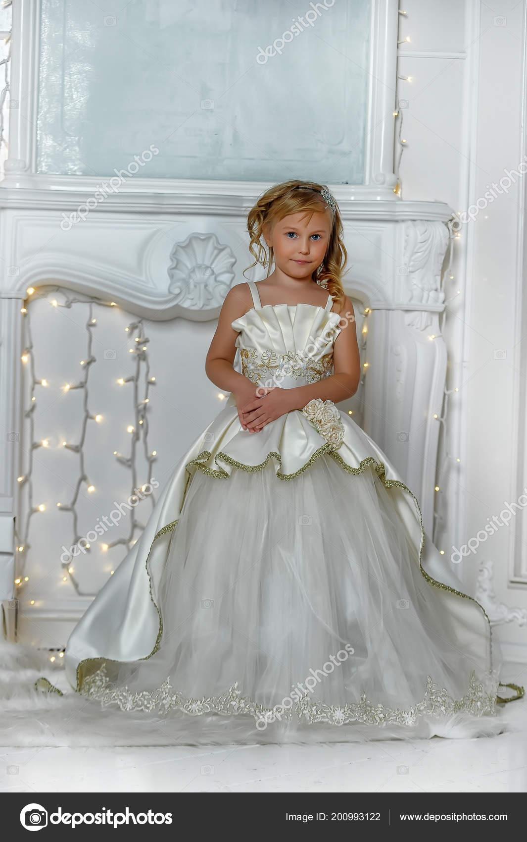 Elegante Blanco De Joven Vestido Una Aristócrata Navidad Foto — WH2IE9D