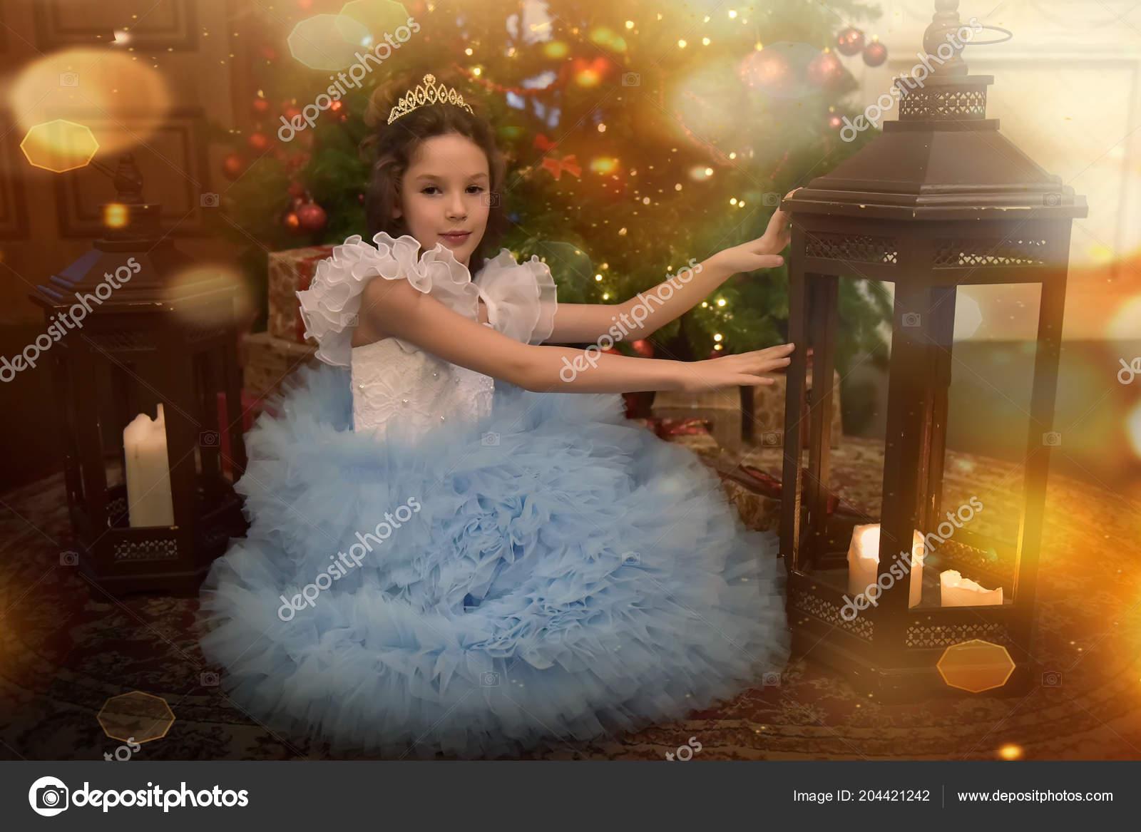 Eine Prinzessin Zu Weihnachten.Eine Junge Prinzessin Einem Festlichen Blauen Kleid Mit