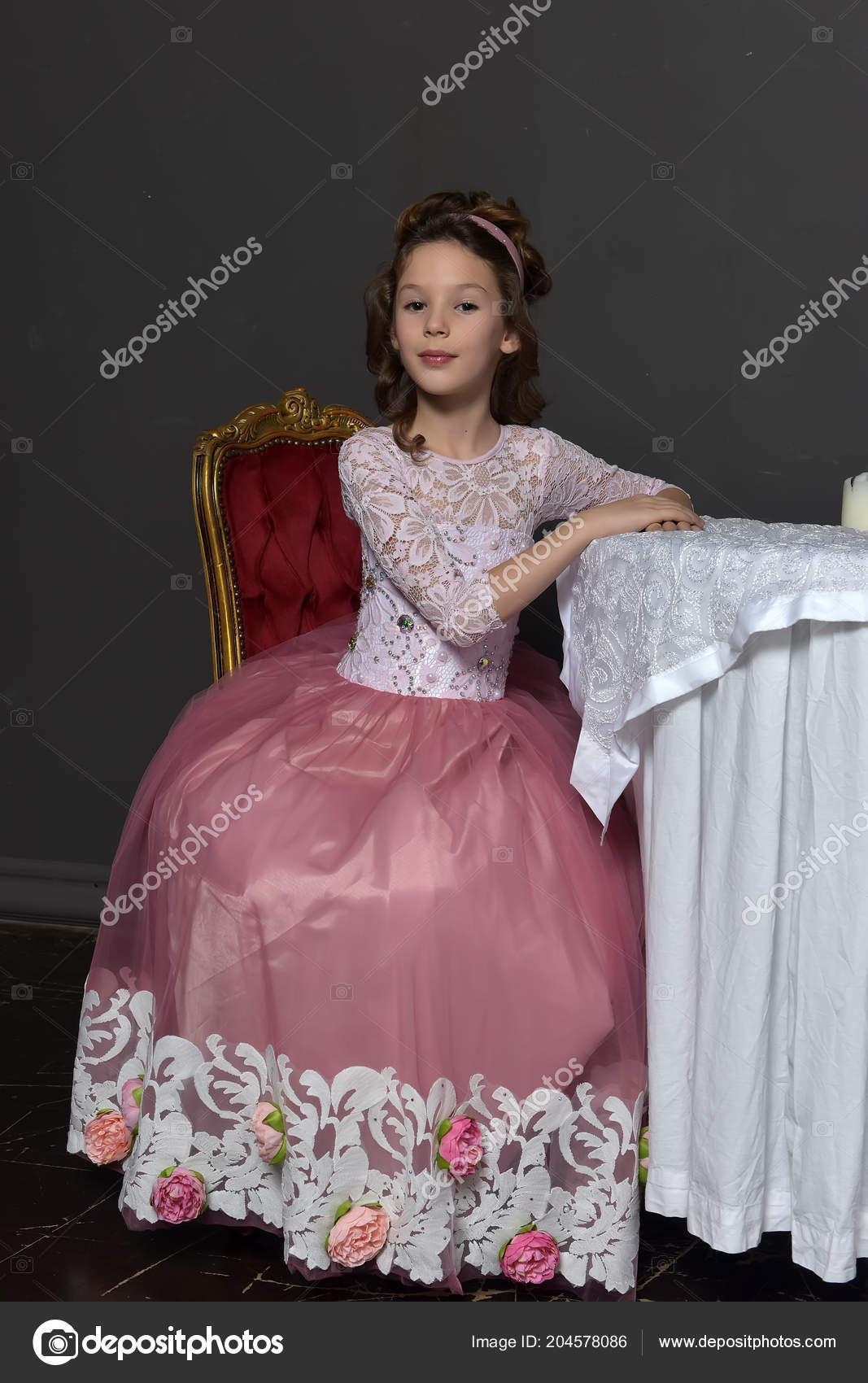 c04d17f4da3a Mladá Dívka Princezna Postavení Růžové Retro Šaty Opřel Lokty Stůl ...