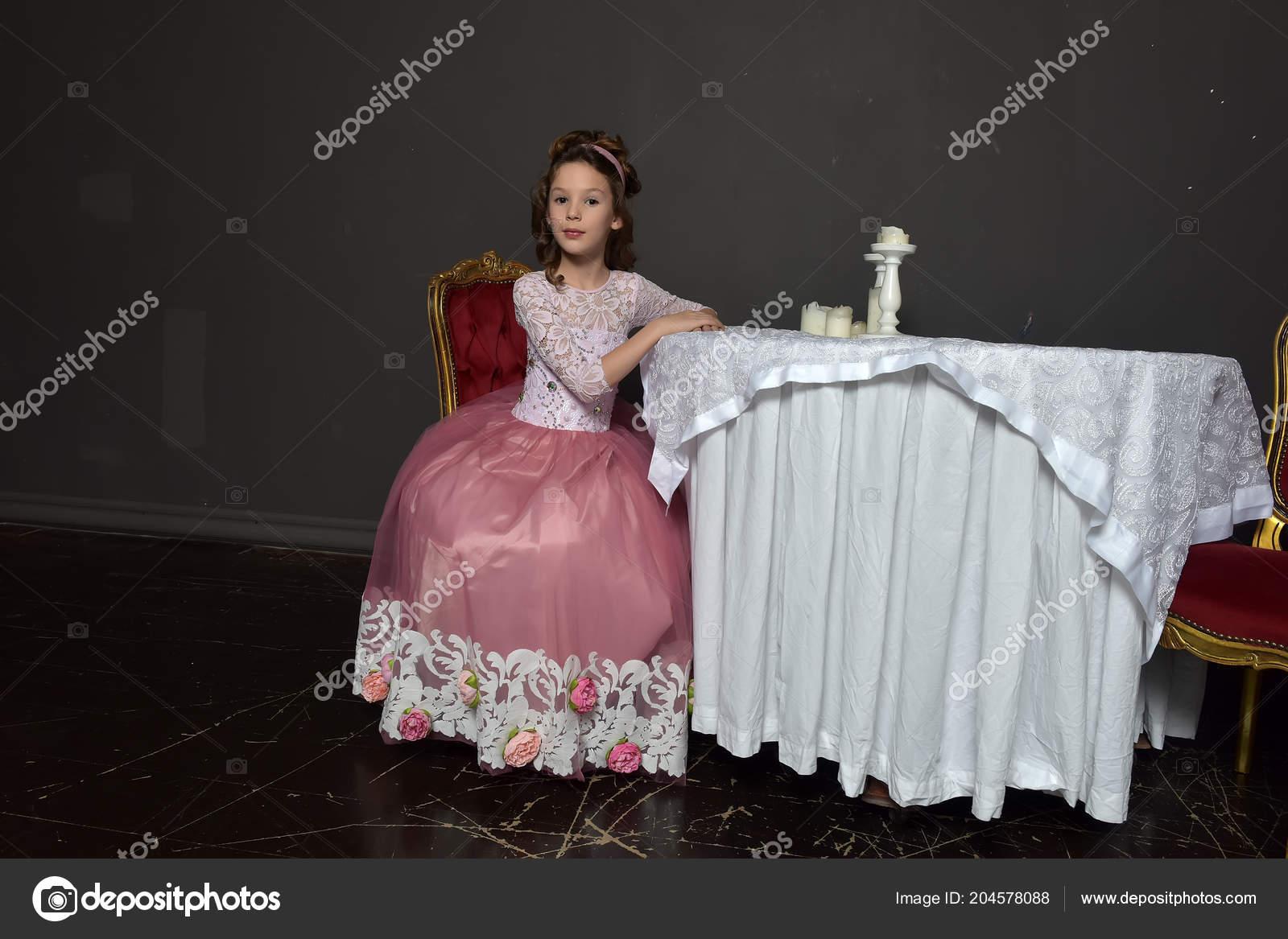 66e570e87430 Mladá Dívka Princezna Postavení Růžové Retro Šaty Opřel Lokty Stůl– stock  obrázky