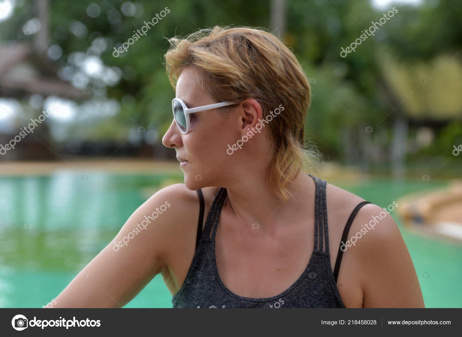 Femme Blonde Ans Avec Une Coupe Courte Lunettes Soleil Sur Photographie Evdoha C 218458028