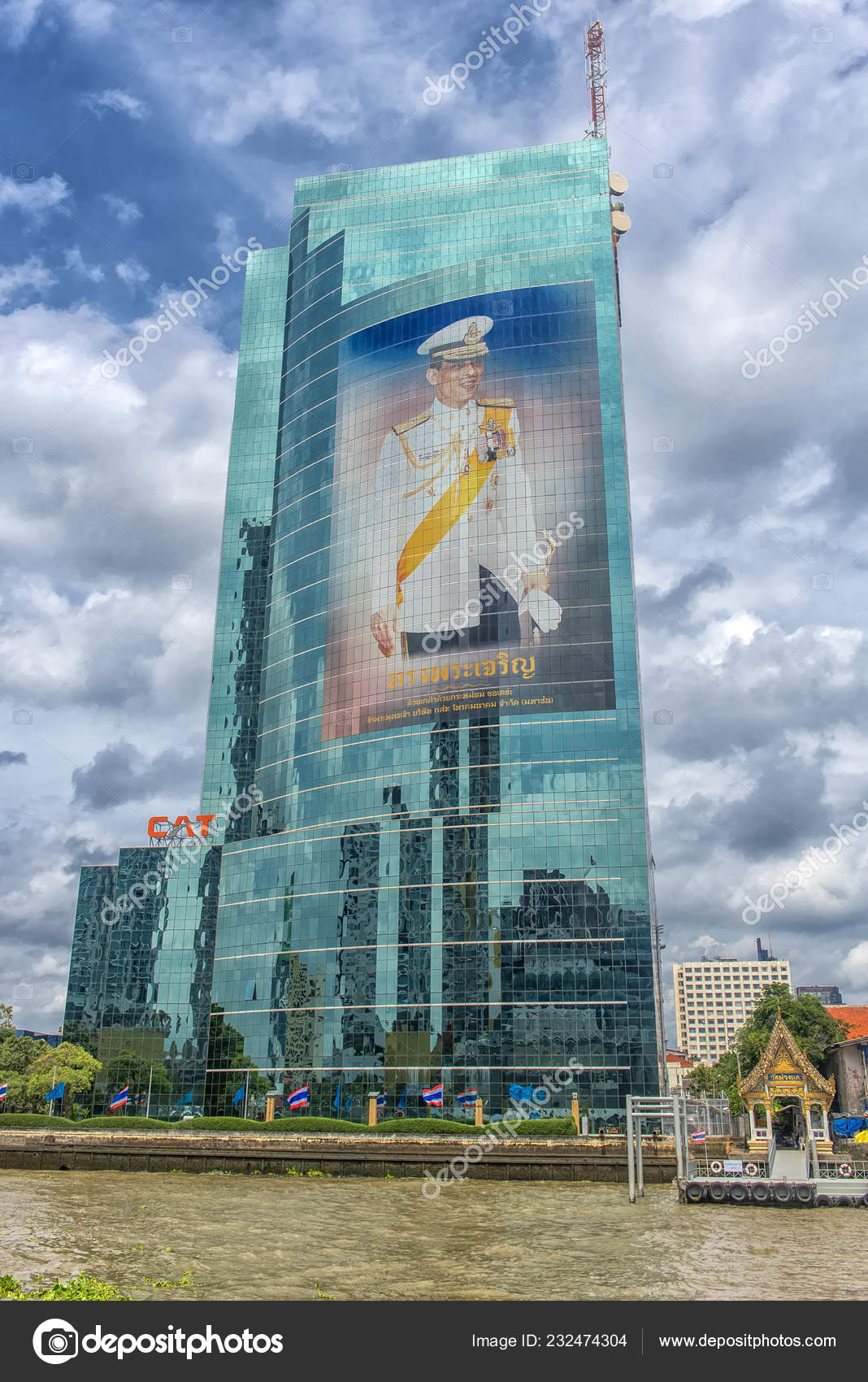 Bangkok Thailand 2018 New Thai King Giant Image Glass Facade – Stock