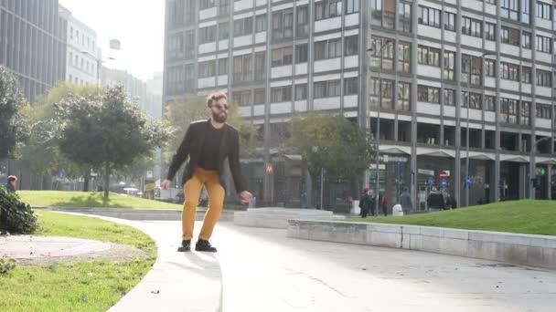 junger gutaussehender Geschäftsmann springt in der Stadt im Gegenlicht, Zeitlupe