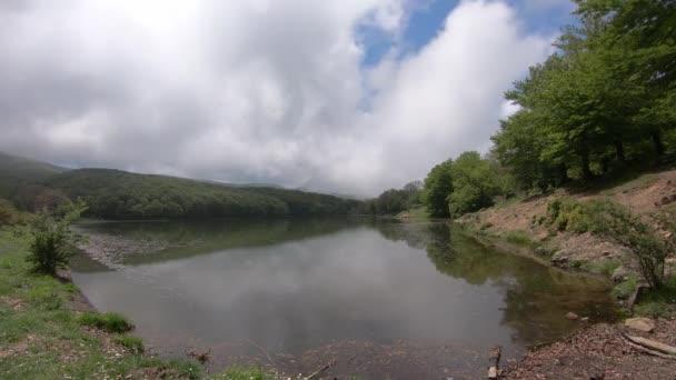 Příroda, krajina s nebe a mraky, Time-Lapse.4k lesní