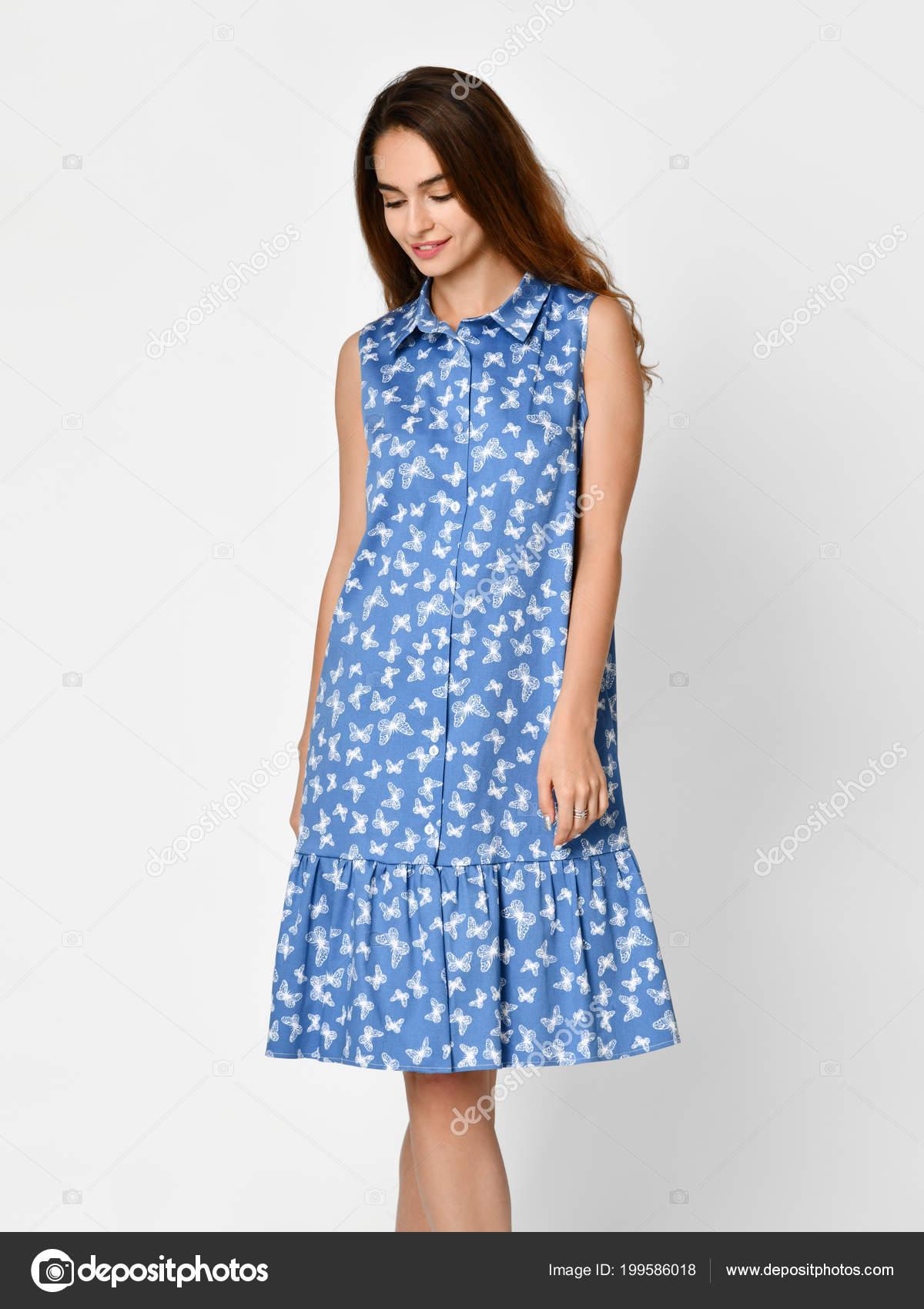 Junge schöne Frau posiert in der neuen blauen Streifen lässige Sommerkleid  auf grau — Stockfoto b10b945e12