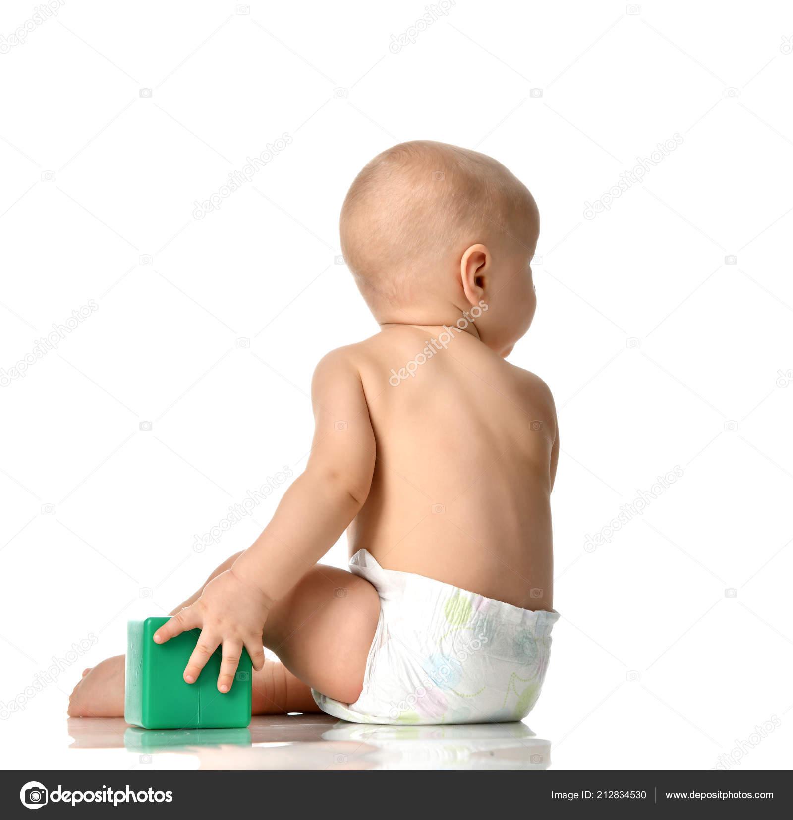 b89b7e8aa5fc1 Enfant bébé garçon jeune enfant assis nu en couches avec jouet brique verte  derrière vue arrière arrière isolée sur un blanc– images de stock libres de  ...