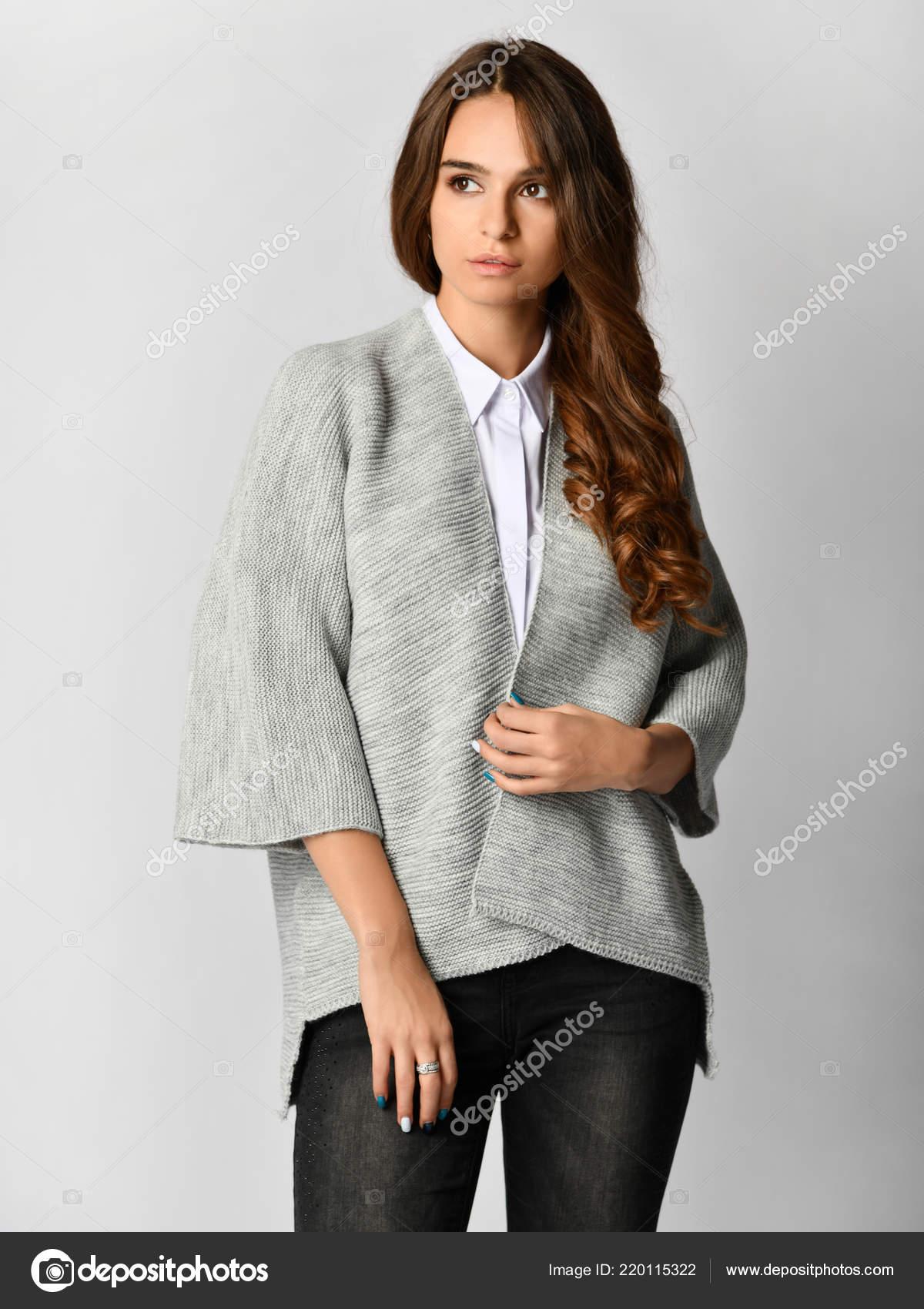 save off 3c7ef 532d1 Giovane bella donna che posa in camicia e maglione casual ...