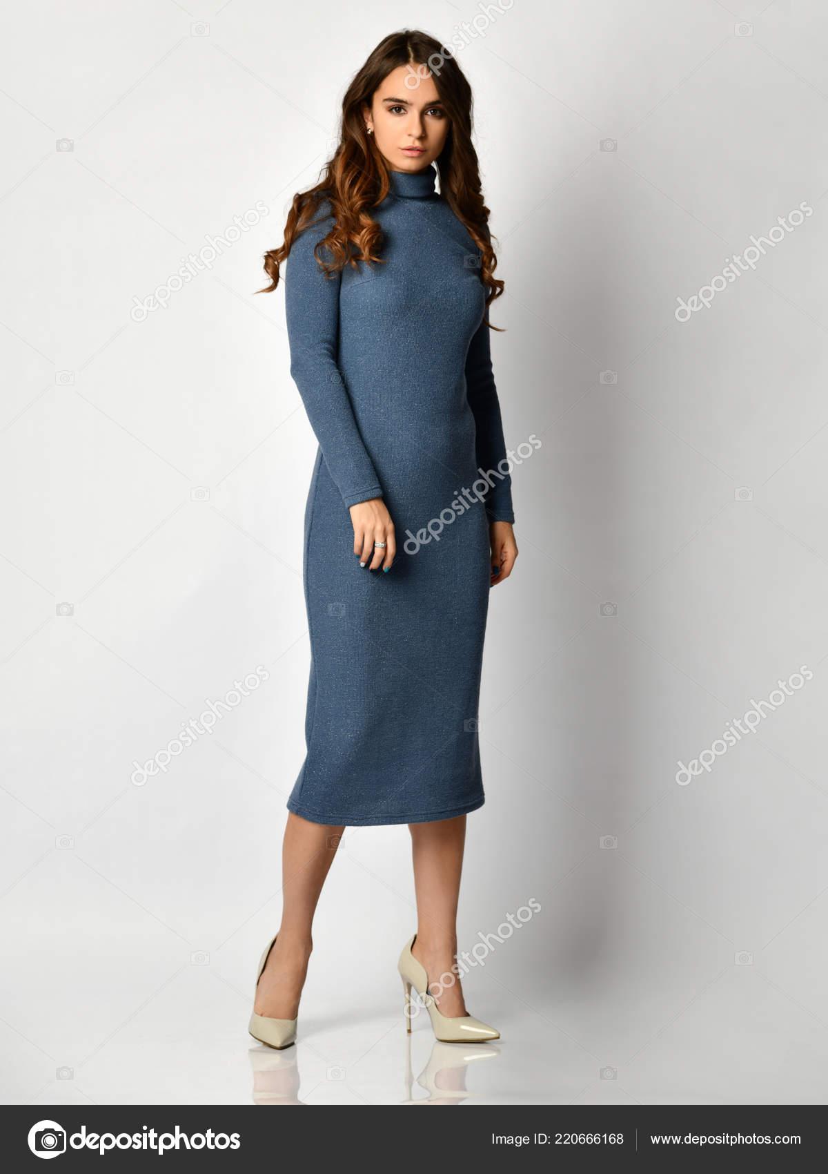df825d7a61b3f5 Jonge mooie vrouw poseren in nieuwe donkere blauwe mode winter jurk op hoge  heuvels vol lichaam