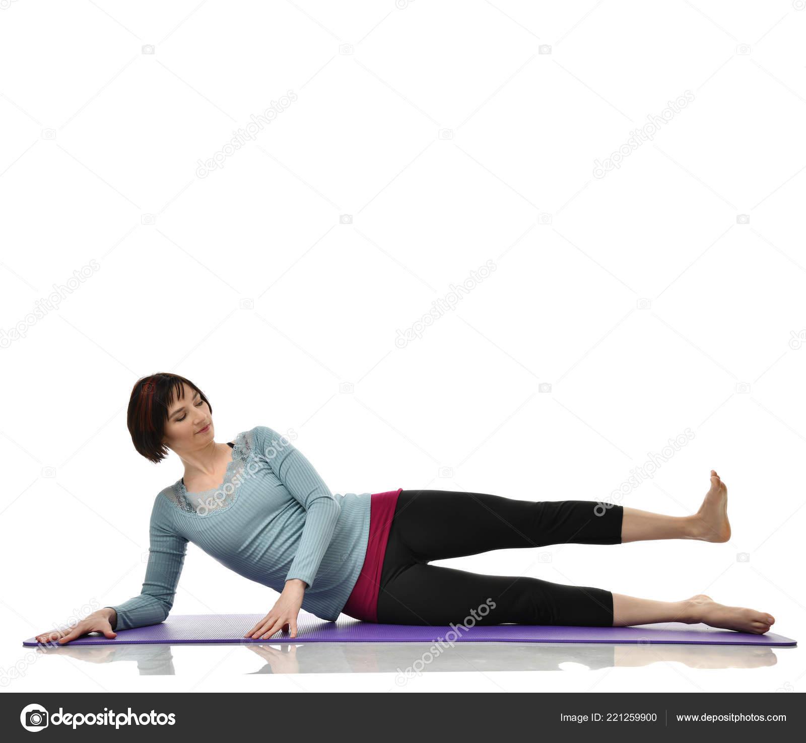 Instructor de fitness femenino haciendo estiramientos manos piernas  abdominales barra ejercicio en gimnasio trabajar aislados en fondo blanco. d1ab27e361f3