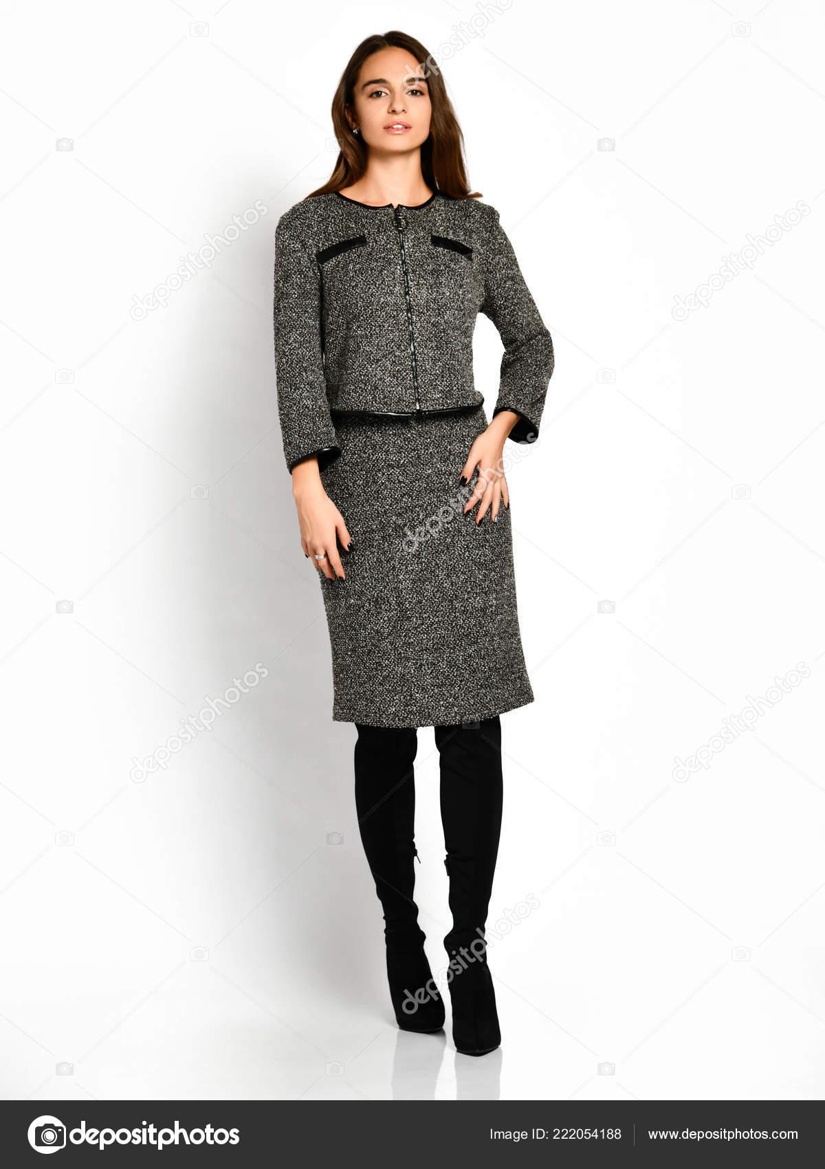 337bc26302c3 Joven hermosa mujer posando en vestido de invierno moda gris nuevo ...