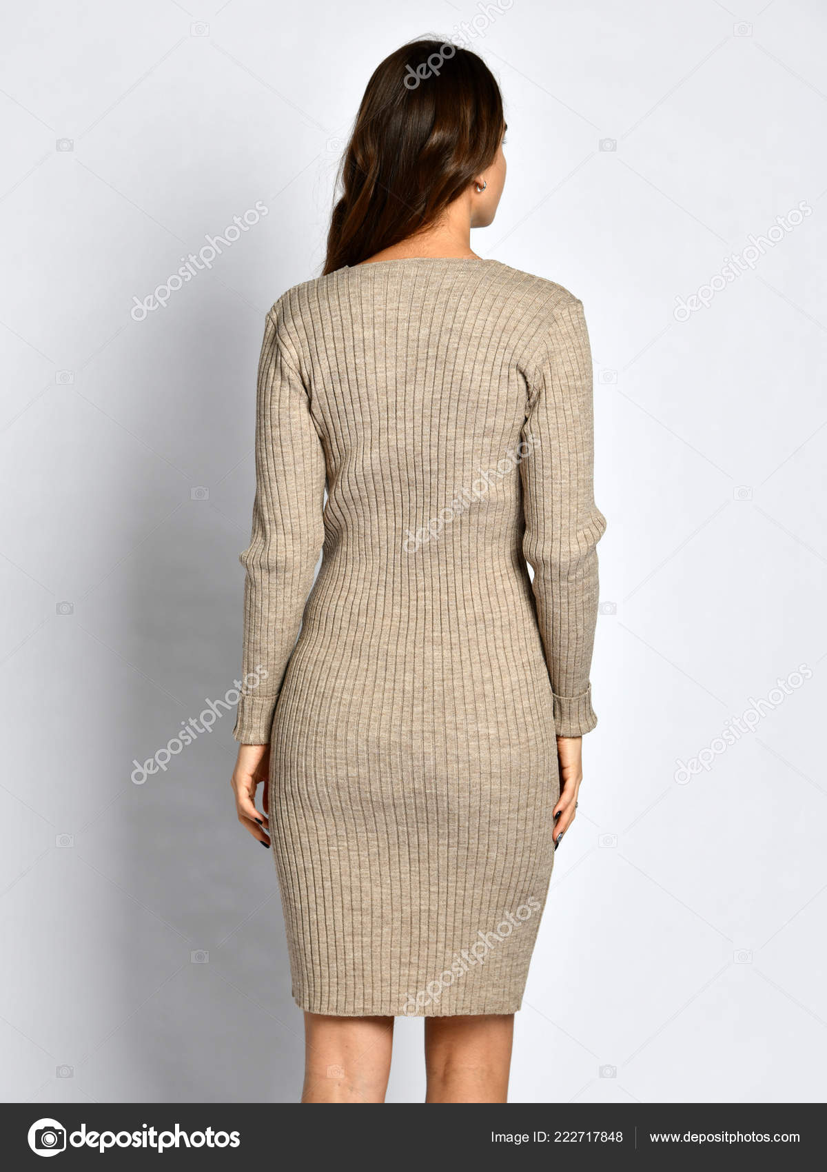 6199ed8e76f9 Mladá krásná žena pózuje v nové šedé módní zimní pletené šaty zadní strana  zezadu– stock obrázky