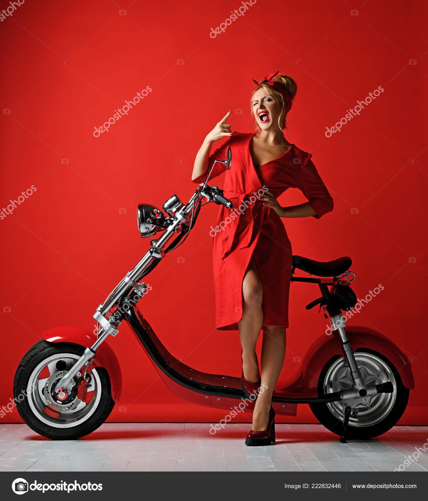 Vrouw Pinup Stijl Rijden Nieuwe Elektrische Auto Motor Fiets Scooter