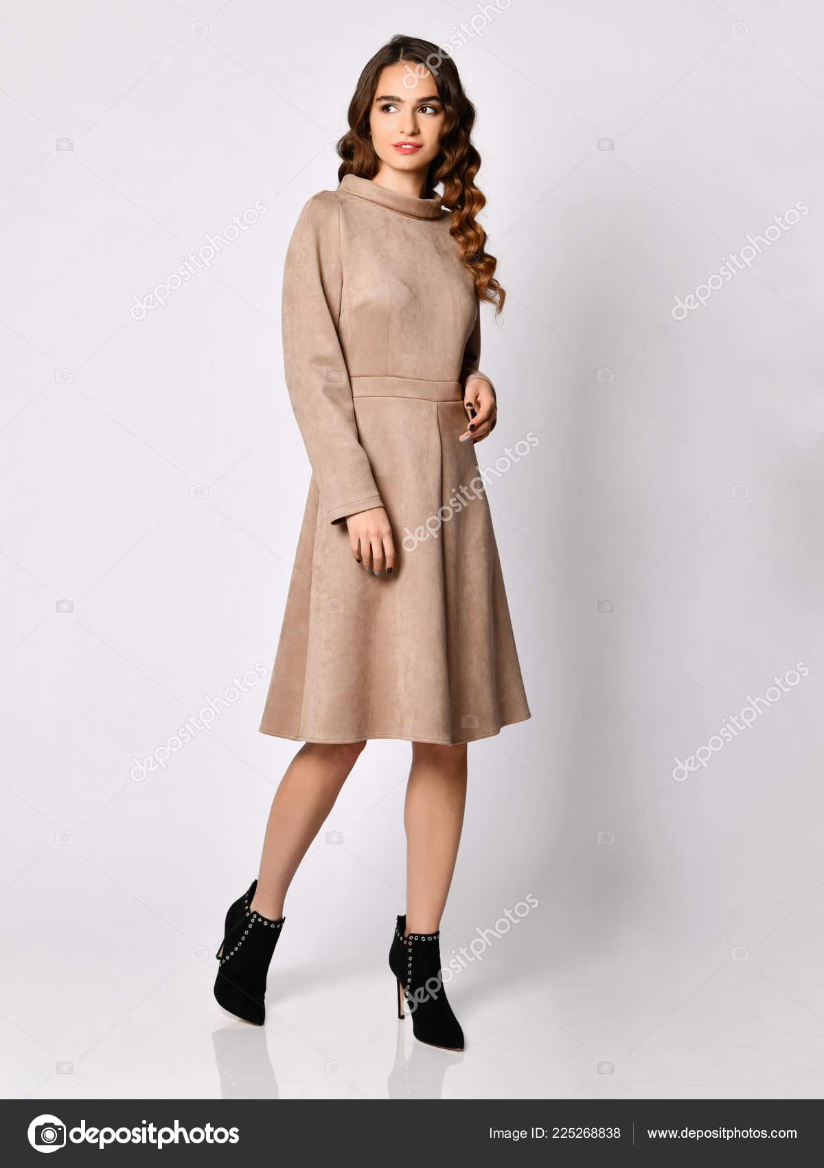 80127f80dd0907 Jonge mooie vrouw poseren in nieuwe grijze suède winter mode jurk —  Stockfoto