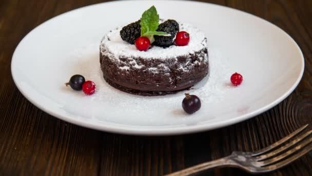 Čokoládový fondant lávové dort s jahodami a kakaový prášek
