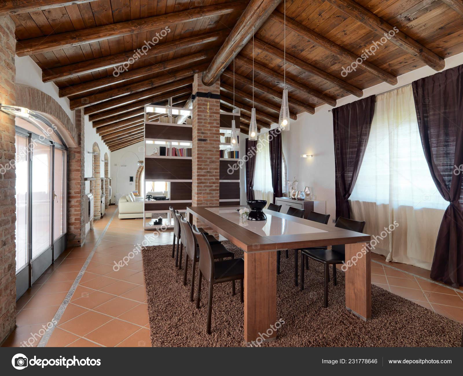Foregorund tavolo pranzo salone moderno nell attico con piastrelle