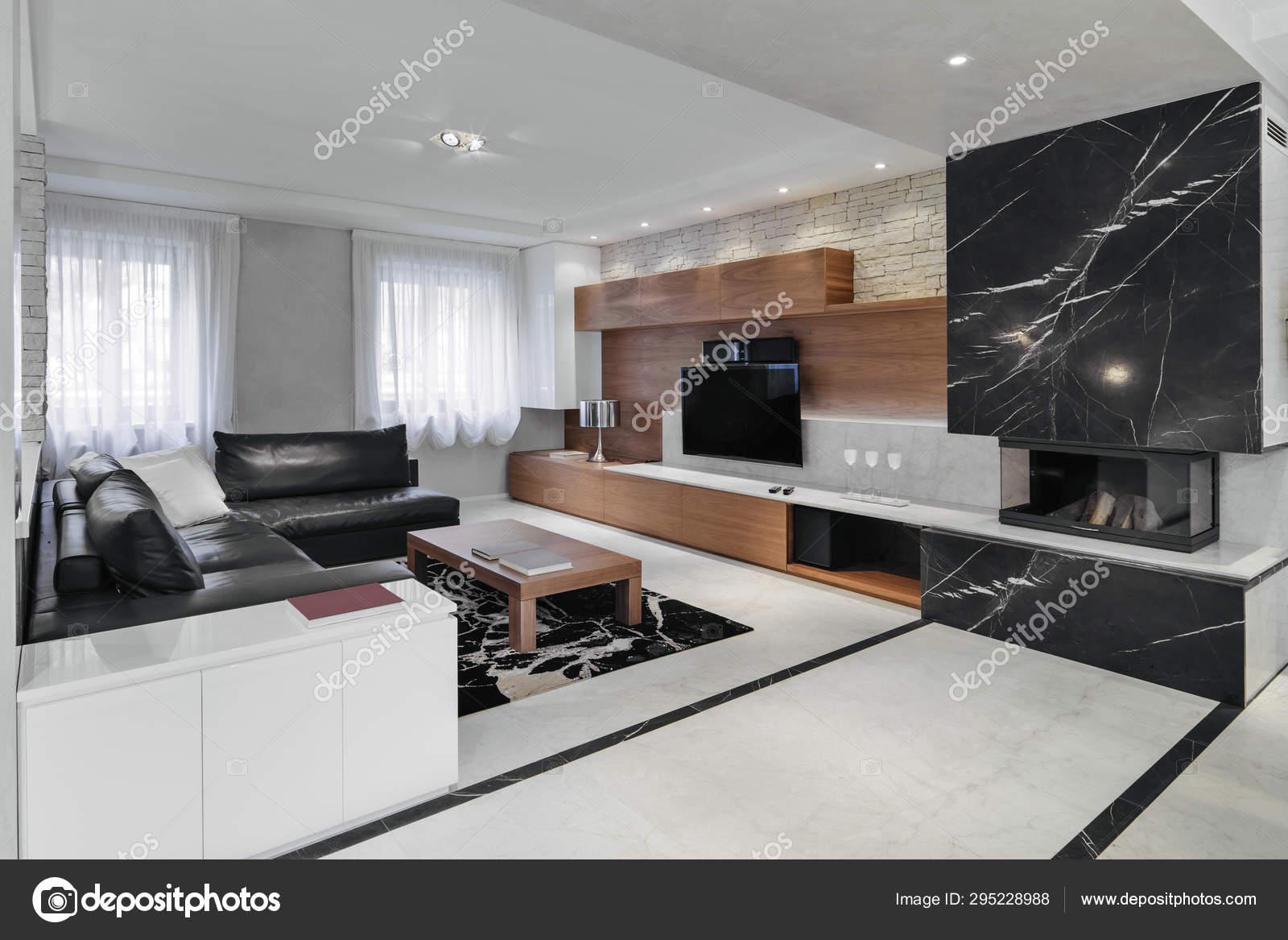 Moderno interno soggiorno con divano in pelle nera — Foto ...