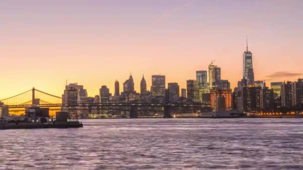Panorama města New York, New York, Usa na Manhattanu od přes East River za soumraku.