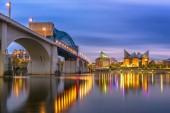 Chattanooga, Tennessee, Usa belvárosi skyline a Tennessee folyón alkonyatkor.